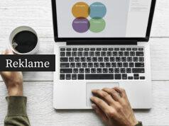 En mand ved en laptop og en kop kaffe